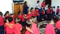 Celebração de Páscoa com alunos, professores e funcionários